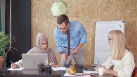 Человек советуя с с женщиной в офисе сток-видео