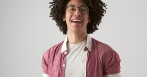 Человек со смеяться вьющиеся волосы видеоматериал