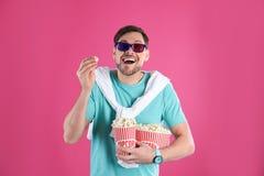 Человек со стеклами 3D и вкусным попкорном стоковое фото