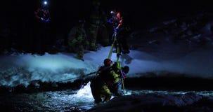 Человек спасения пожарных поглощенный на ледистом реке видеоматериал