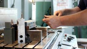 Человек специализирует в бурильщике подготавливает workpiece металла для более дальнеиший сверлить и подвергать механической обра акции видеоматериалы