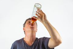 человек спирта выпивая стоковая фотография rf