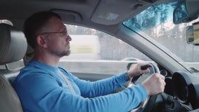 Человек спокойно управляет автомобилем на шоссе акции видеоматериалы