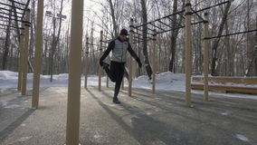 Человек спортсмена делая тренировку фитнеса во время внешней тренировки на зимнем дне стоковые изображения