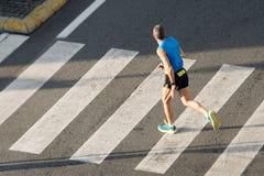 Человек спортсмена идущий стоковые фотографии rf