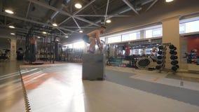 Человек спортсмена скача на платформу на тренировке crossfit в замедленном движении фитнес-клуба стоковые фотографии rf