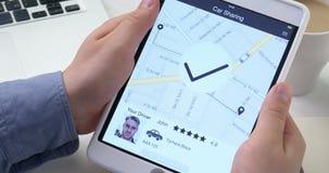 Человек спрашивает автомобиль используя применение делить автомобиля на цифровой таблетке видеоматериал