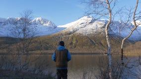 Человек, средн-постаретый спортсмен, встречает рассвет в горах Все совершенно он восхищает отражение солнца и видеоматериал