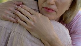 Человек старшей женщины обнимая после плохой новости о заболевании или потере, наличии семьи стоковая фотография