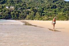 человек старый вдоль гулять пляжа песок теплый Стоковое Изображение RF