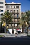 Человек стоит на улице стоковое изображение rf