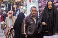 Человек стоит около женского манекена в исламской одежде, Тегеране, Иране Стоковое Фото