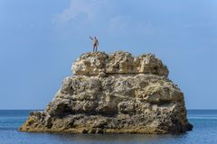 Человек стоит поверх скалы стоковые изображения rf