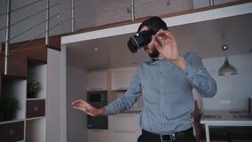 Человек стоящ и использующ умное цифровое устройство технологии vr движением взаимодействия жеста сток-видео