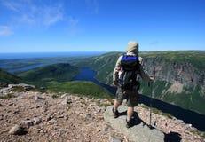 Человек стоя над прудом 10 миль Стоковые Фотографии RF
