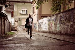 Человек стоя на дороге Молодой человек стоя на улице Только нога стоковые фотографии rf