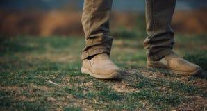 Человек стоя на земле травы Стоковое фото RF