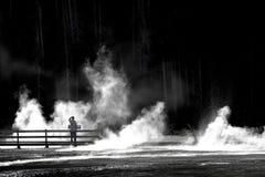 Человек стоя на променаде смотря пар и воду на на полпути g стоковая фотография rf