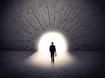 Человек стоя перед огромным стробом Стоковое фото RF