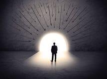 Человек стоя перед огромным стробом Стоковое Фото