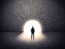 Человек стоя перед огромным стробом Стоковая Фотография
