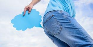 Человек страдает от поноса Парень держит облако пукать около ишака пробуя держать назад позыв Отсутствие позволенного пукать стоковые фото