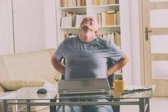 Человек страдая от боли внизу спины стоковая фотография rf