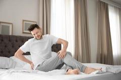 Человек страдая от боли в спине Стоковая Фотография RF