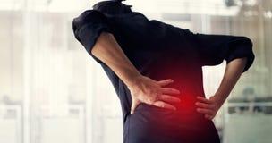 Человек страдая от причины боли в спине синдрома офиса, его рук касаясь на более низкой задней части Концепция медицинских и heat стоковое фото rf