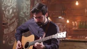 Человек страстно выполняя состав на акустической гитаре видеоматериал