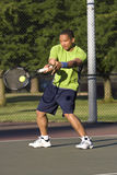 человек суда играя вертикаль тенниса стоковая фотография