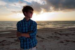 Человек с авиаторами на пляже Стоковые Изображения RF