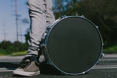 Человек с барабанчиком стоковые фотографии rf