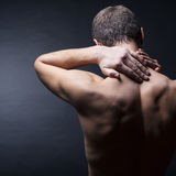 Человек с болью в шеи Стоковые Изображения