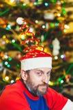 Человек с бородой в крышке Нового Года стоковая фотография rf