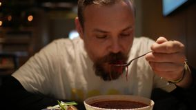 Человек с бородой есть борщ со сметаной суп Красно-свеклы Borsh акции видеоматериалы