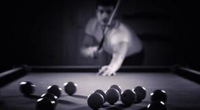 Человек с бородой играет большой биллиард Партия в бассейне в 12 ноги Стоковое фото RF