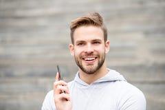 Человек с бородой идет с smartphone, городской предпосылкой с лестницами E Стоковое Изображение RF