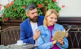 Человек с бородой и белокурая женщина прижимаются на романтичной дате Влюбленность и flirt Общие интересы Пары в любов сидят кафе стоковое фото rf