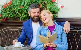 Человек с бородой и белокурая женщина прижимаются на романтичной дате Romance концепция Влюбленность и flirt Общие интересы Пары  стоковые фотографии rf