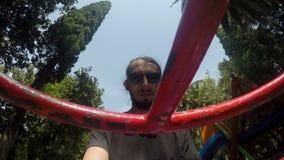 Человек с бородой и солнечными очками видеоматериал