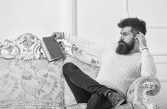 Человек с бородой и усиком тратит отдых с книгой Ученый, профессор на строгой стороне анализируя литературу self стоковая фотография