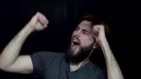 Человек с бородой крича и танцуя Бородатый человек к сумасшествию счастливому и развевая его танцы рук взволнованности людские сток-видео