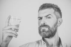 Человек с бородой на серьезной воде питья стороны от стекла Стоковые Изображения RF