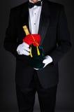 Человек с бутылкой Шампани в мешке подарка Стоковые Фотографии RF