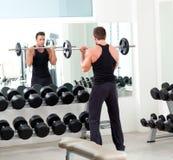 Человек с гимнастикой тренажера веса гантели Стоковое Изображение RF