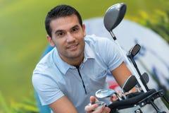 Человек с гольф-клубом стоковое фото