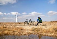 Человек с горным велосипедом в пустыне стоковое изображение rf