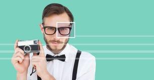 человек с деталью коробки фокуса глаза над стеклами держа камеру и линии Стоковые Фотографии RF