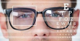 человек с деталью коробки фокуса глаза над стеклами и линиями и глаз испытывают интерфейс Стоковая Фотография RF